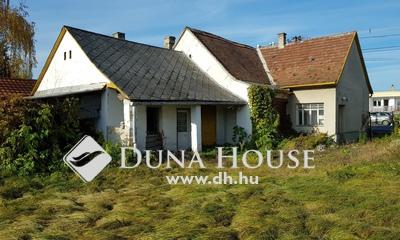 Eladó Ház, Fejér megye, Székesfehérvár, Széles, nagy telek, felújítandó épülettel.
