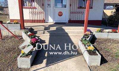 Eladó üzlethelyiség, Jász-Nagykun-Szolnok megye, Törökszentmiklós, Eladó működő élelmiszerbolt nagy telekkel